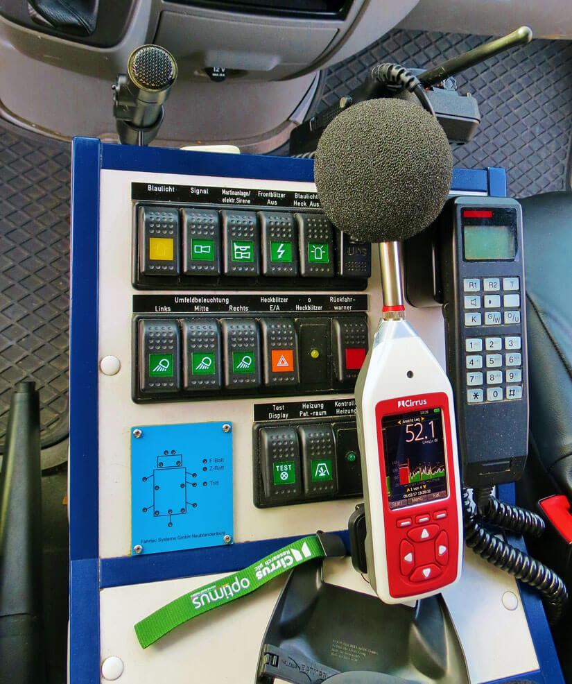 Schallpegel messen in der Fahrerkabine eines Krankentransportes