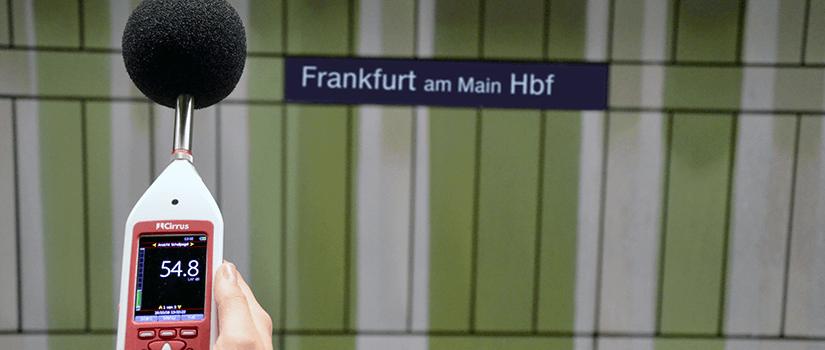 Lärmpegel messen im Frankfurter Hauptbahnhof